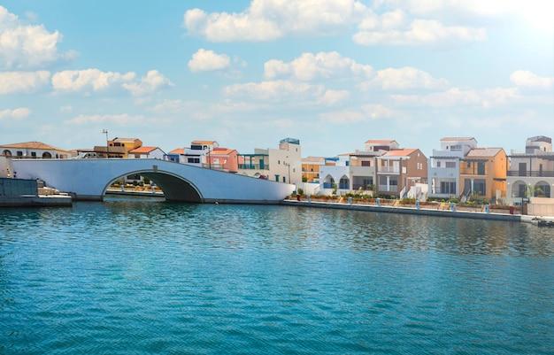 Piękny Letni Krajobraz Morskiej Zatoki Z Mostem I Willami Na Cyprze. Letni Dzień Premium Zdjęcia