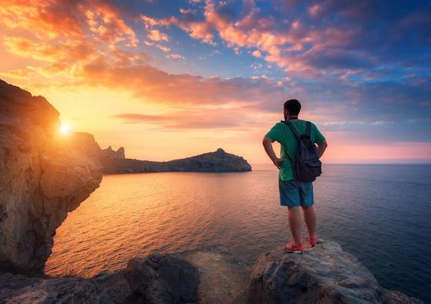 Piękny Letni Krajobraz Z Stojący Mężczyzna Z Plecakiem Premium Zdjęcia