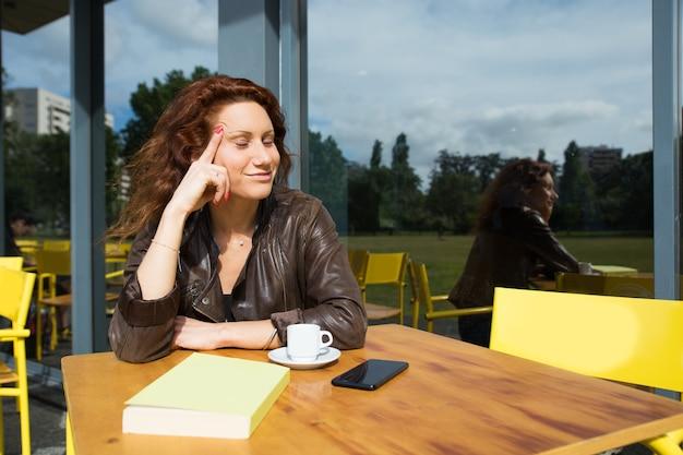 Piękny marzycielski student collegu odpoczywa outdoors z książką Darmowe Zdjęcia