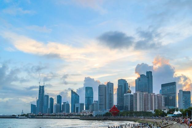 Piękny miasto przy nocą qingdao, shandong, chiny Premium Zdjęcia