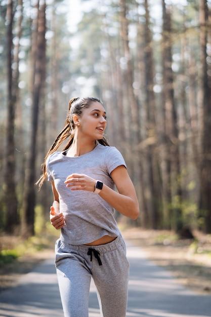 Piękny Młoda Kobieta Bieg W Zieleń Parku Na Pogodnym Letnim Dniu Darmowe Zdjęcia