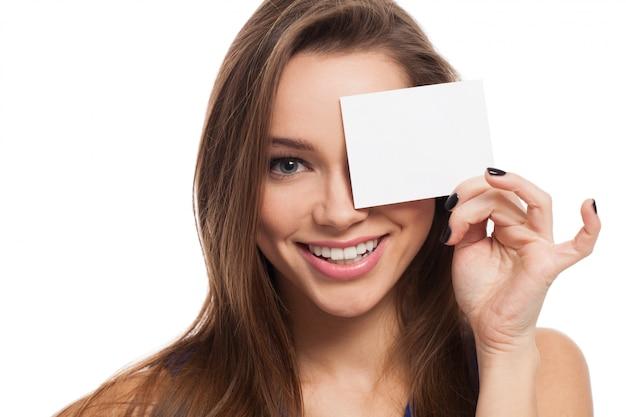 Piękny młodej kobiety zakończenie ono przygląda się z kartą Darmowe Zdjęcia