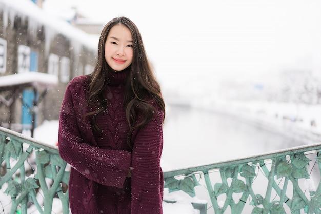 Piękny młody azjatykci kobieta uśmiech i szczęśliwy z podróży wycieczką w otaru kanale hokkaido japonia Darmowe Zdjęcia