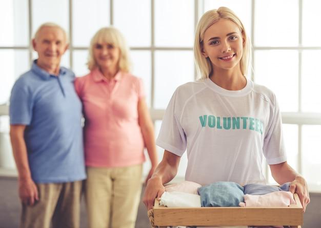 Piękny Młody żeński Wolontariusz Trzyma Pudełko. Premium Zdjęcia