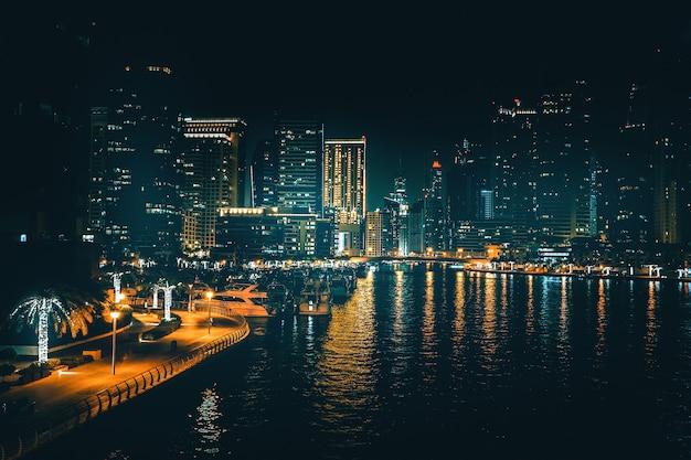 Piękny Nocny Widok Nowoczesnej Dzielnicy Biznesowej Dubaju. Nocny Widok Na Dubaj. Zea Premium Zdjęcia