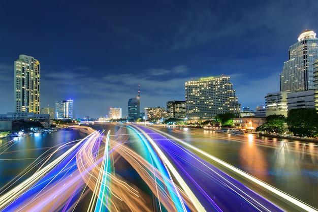 Piękny nocy miasto bangkok z prędkości światłem na rzece Premium Zdjęcia