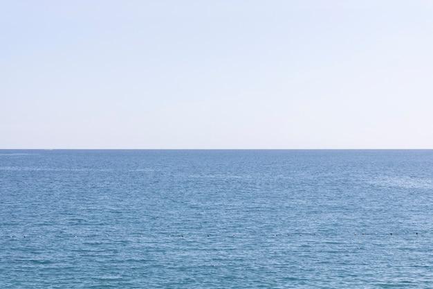 Piękny Ocean I Niebo W Tle Premium Zdjęcia