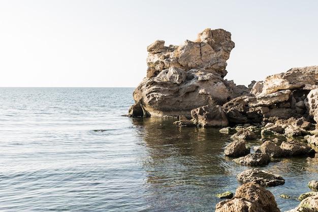 Piękny Oceanu Krajobraz Z Kamieniami Darmowe Zdjęcia