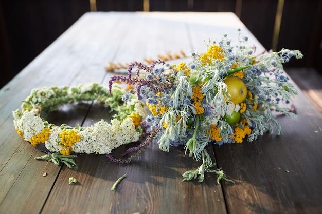 Piękny Pachnący Bukiet Polnych Kwiatów Na Drewnianym Stole Premium Zdjęcia