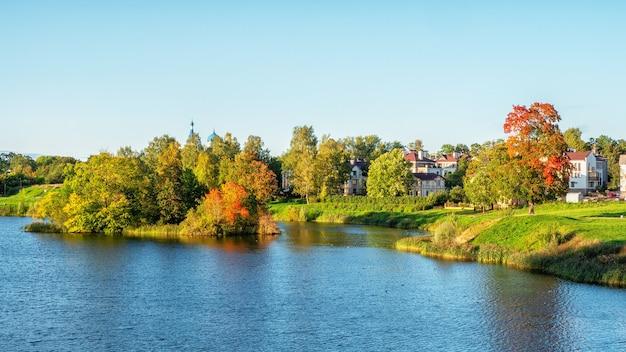 Piękny Panoramiczny Krajobraz Jesienny Z Jasnymi Drzewami Na Brzegu Jeziora. Premium Zdjęcia