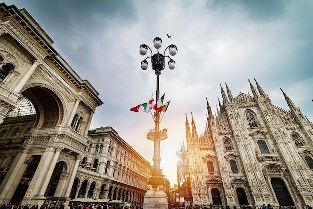 Piękny Panoramiczny Widok Na Katedrę Duomo W Mediolanie Z Dużym Stree Darmowe Zdjęcia