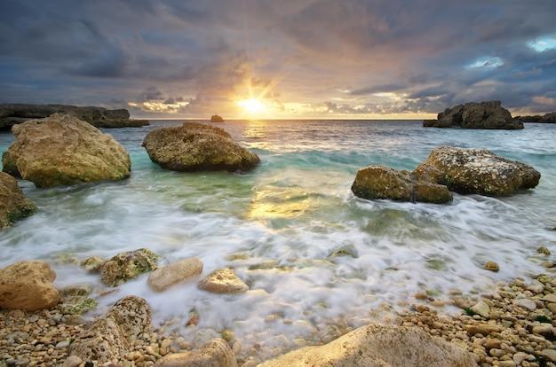 Piękny Pejzaż Morski. Zachód Słońca Nad Morzem. Premium Zdjęcia