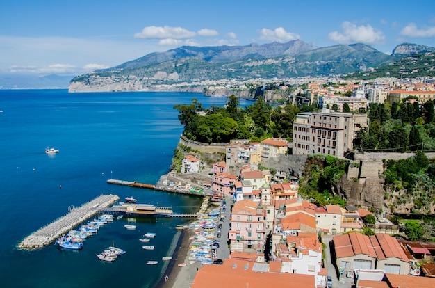 Piękny Pejzaż Sorrento We Włoszech Premium Zdjęcia