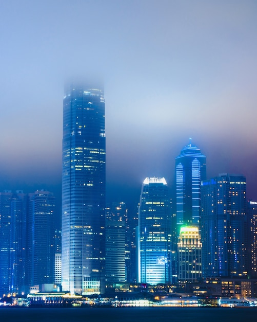 Piękny Pejzaż Z Oświetlonym Budynkiem Pokrytym Mgłą W Hong Kongu W Chinach Darmowe Zdjęcia