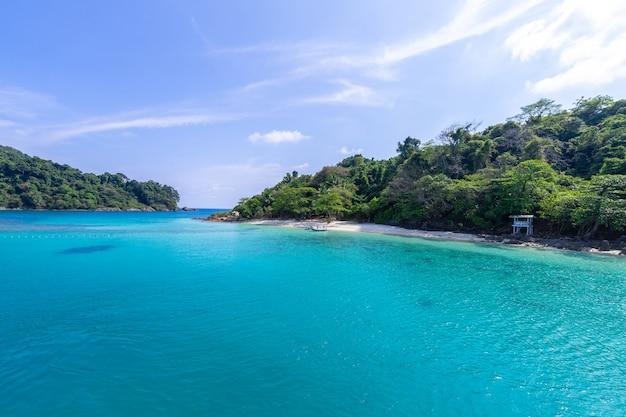 Piękny Plażowy Widok Koh Chang Wyspy Seascape Przy Trad Prowinci Wschodni Tajlandia Na Niebieskiego Nieba Tle Darmowe Zdjęcia