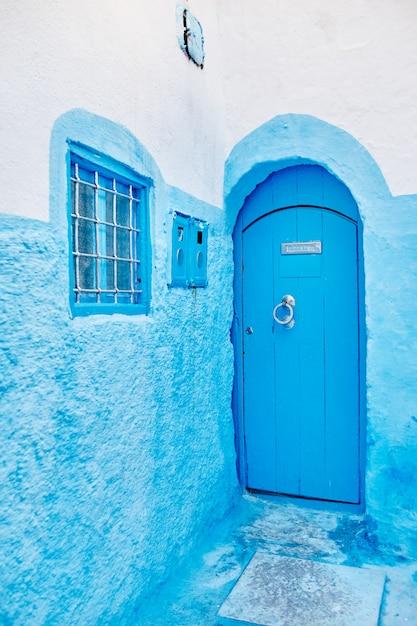 Piękny różnorodny zestaw niebieskich drzwi niebieskiego miasta chefchaouen w maroku Premium Zdjęcia