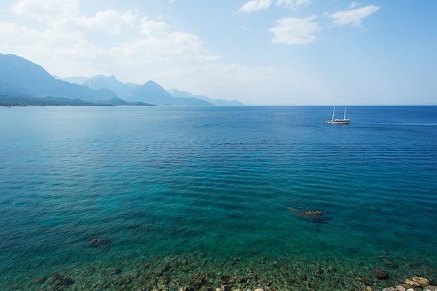 Piękny Seascape Z Morzem, Chmurami, Górami I Jachtem Premium Zdjęcia