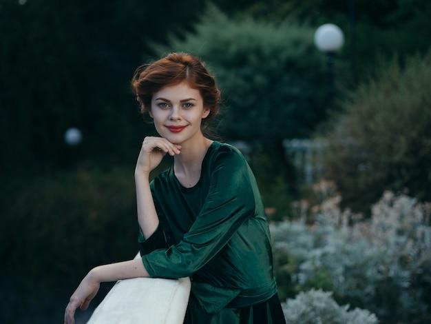 Piękny Seksowny Kobieta Na Zewnątrz Zielonych Liści Modelu. Wysokiej Jakości Zdjęcie Premium Zdjęcia
