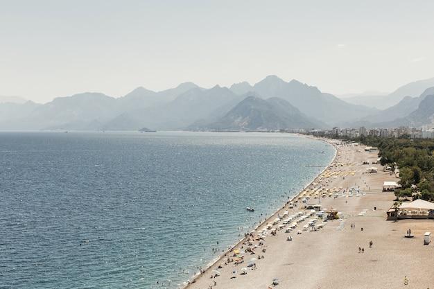 Piękny Słoneczny Dzień Z Oceanem I Górami Darmowe Zdjęcia