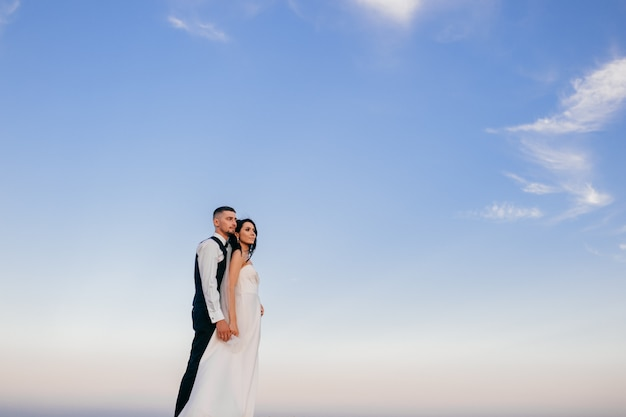 Piękny ślub Pary Przytulenie Plenerowy. Premium Zdjęcia