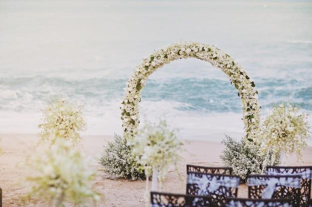 Piękny ślub Plaży Kwiat Ustawienie łuk Na Miejsce ślubu Premium Zdjęcia