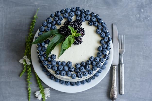 Piękny Smakowity Tort Z Białą śmietanką I Jagodami Czarna Jagoda Premium Zdjęcia