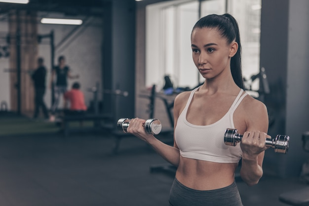 Piękny sprawności fizycznej kobiety szkolenie przy gym, kopii przestrzeń Premium Zdjęcia