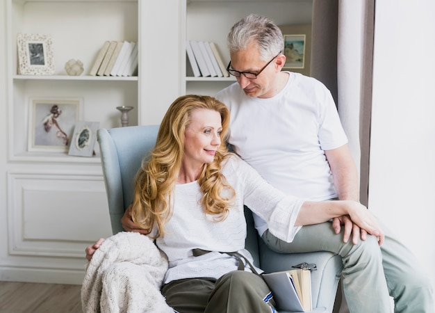 Piękny starszy mężczyzna i kobieta na fotelu Darmowe Zdjęcia