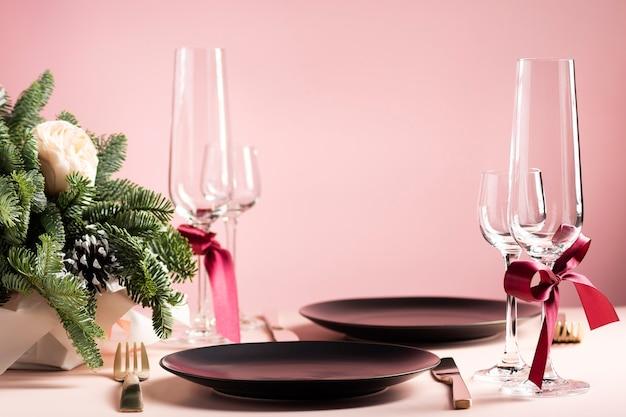 Piękny Stół Na Walentynki We Dwoje Z Kompozycją Kwiatów Premium Zdjęcia
