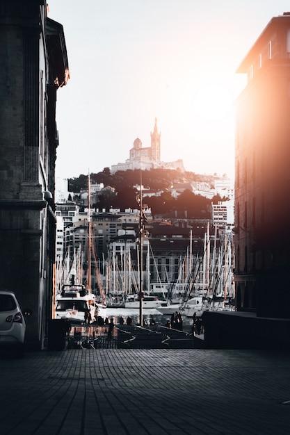 Piękny Strzał Port Z Udziałami Dokować łodzie W Wodzie W Marseille, Francja Darmowe Zdjęcia