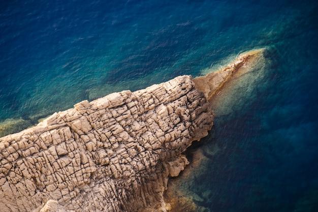 Piękny Strzał Skaliste Falezy Morskie W Słoneczny Dzień Darmowe Zdjęcia