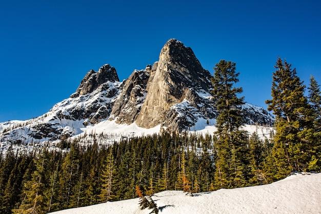 Piękny Strzał Wysokie Skaliste Góry I Wzgórza Pokryte śniegiem Pozostawionym Na Wiosnę Darmowe Zdjęcia