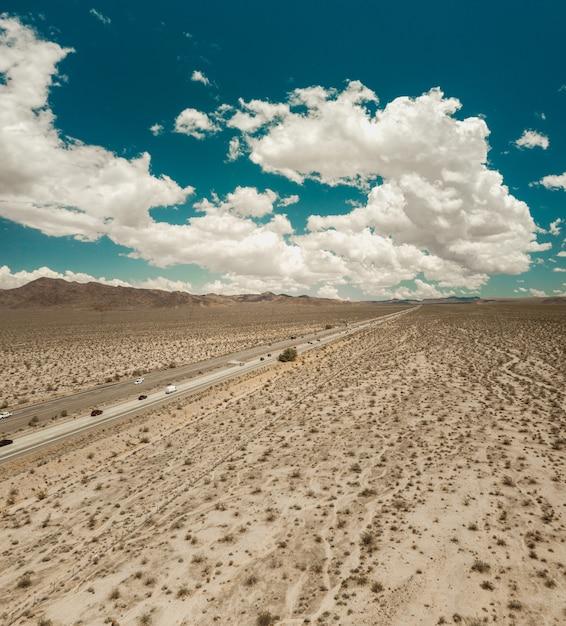 Piękny Strzał Z Autostrady W Kierunku Las Vegas Na Pustyni Mojave Darmowe Zdjęcia