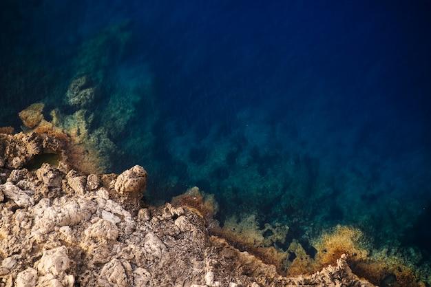 Piękny Strzał Z Góry Skaliste Klify Morza W Słoneczny Dzień Darmowe Zdjęcia