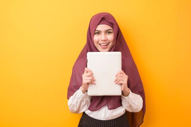 Piękny Student Uniwersytetu Z Hijab Na Kolor żółty ścianie Premium Zdjęcia