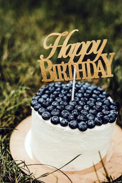 Piękny świąteczny Tort Dla Dzieci Z Twarogiem Z Jagodami Z Napisem Happy Birthday. Premium Zdjęcia