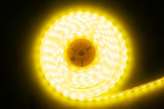 Piękny świecący pasek led ciepłego światła do montażu dekoracyjnego oświetlenia w domach Premium Zdjęcia