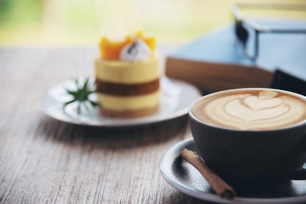 Piękny świeży relaks rano zestaw filiżanka kawy Darmowe Zdjęcia