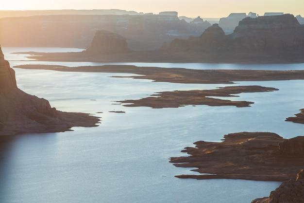 Piękny Szeroki Strzał Na Jezioro Otoczone Skalistymi Górami Darmowe Zdjęcia