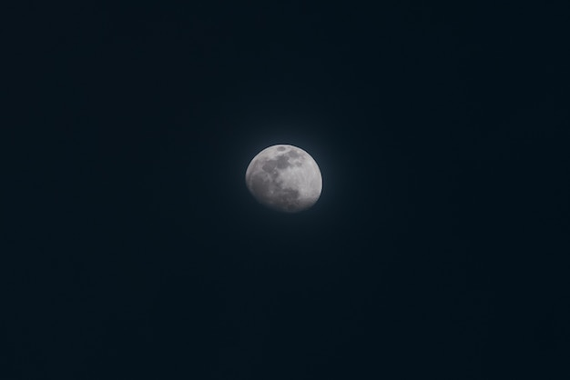 Piękny Szeroki Strzał Z Pełni Księżyca Na Nocnym Niebie Darmowe Zdjęcia