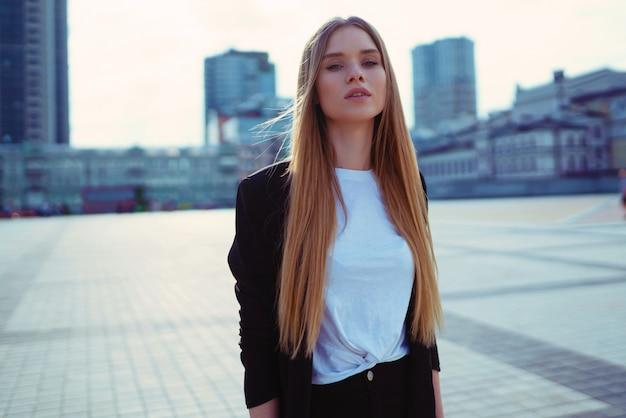 Piękny Ufny Młodej Kobiety Mody Portret W Ulicie. Kijów, Ukraina. Premium Zdjęcia