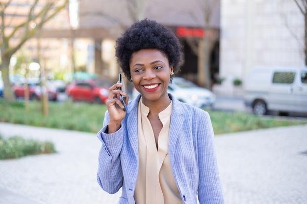 Piękny Uśmiechnięty Bizneswoman Opowiada Na Telefonie Na Ulicie Darmowe Zdjęcia
