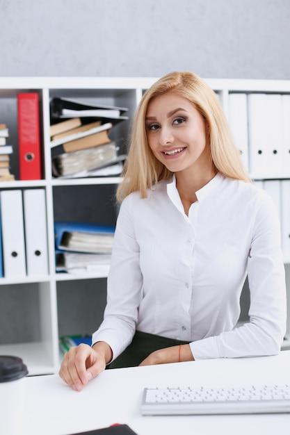 Piękny Uśmiechnięty Bizneswomanu Portret Przy Miejscem Pracy Premium Zdjęcia