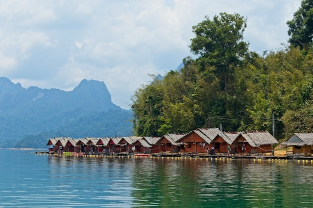 Piękny Widok Na Drewniane Chaty Nad Oceanem Uchwycone W Tajlandii Darmowe Zdjęcia