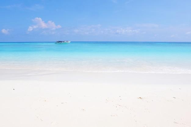 Piękny Widok Na Morze I Plażę Na Wyspie Tachai W Tajlandii. Premium Zdjęcia
