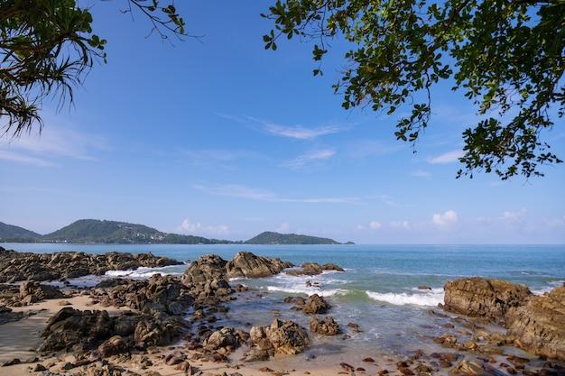 Piękny Widok Na Morze Na Plaży Kalim W Pobliżu Plaży Patong Ze Skałami Na Pierwszym Planie W Phuket Tajlandia. Premium Zdjęcia