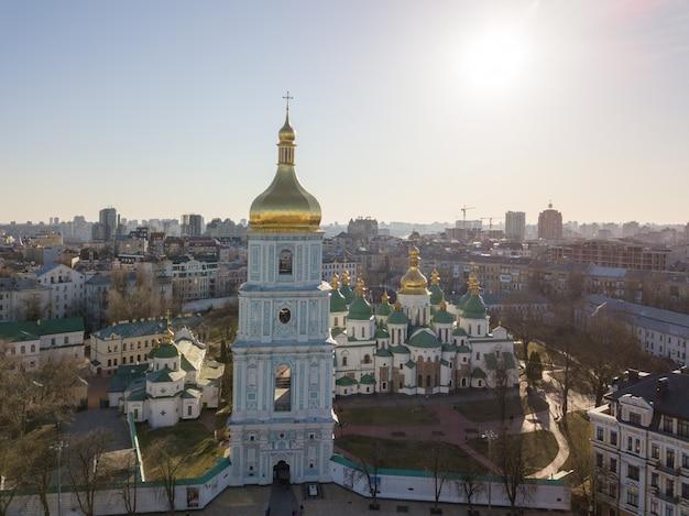 Piękny Widok Na Sobór św. Zofii I Dzwonnicę Najstarszych Kościołów, Słynnego Symbolu Kijowa Na Ukrainie. Zdjęcie Drona Premium Zdjęcia