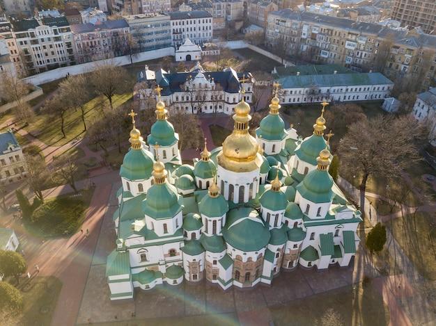Piękny Widok Na Sobór św. Zofii Z Najstarszych Kościołów, Słynny Symbol Kijowa Na Ukrainie. Zdjęcie Drona Premium Zdjęcia