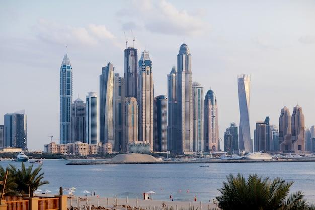 Piękny Widok Na Wieżowce W Dubaju O świcie Premium Zdjęcia