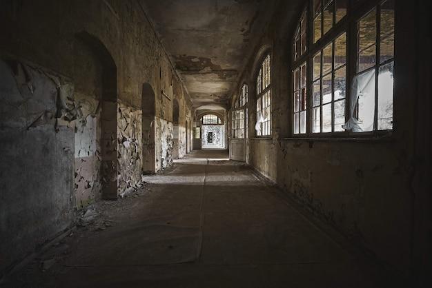 Piękny Widok Na Wnętrze Starego Opuszczonego Budynku Darmowe Zdjęcia
